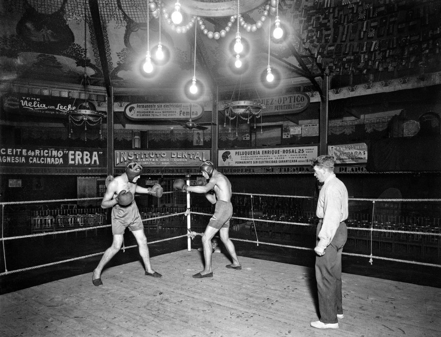 Àrbitre i boxejadors durant un entrenament al ring del Gran Price 1934 - Alexandre Merletti - Quadrilàter
