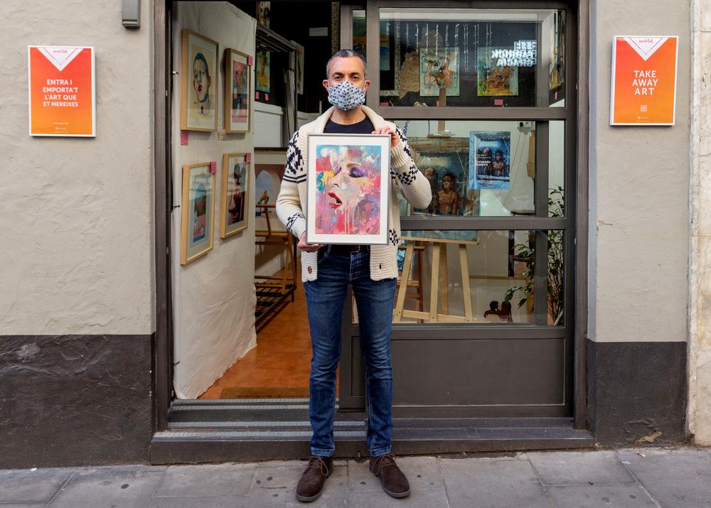 1-Inéditad-Art-Corner-09-Luis-Lopez-Director-de-Ineditad-sujetando-la-obra-Coloured-del-artista-Ral-en-la-entrada-de-Ineditad-Art-Corner